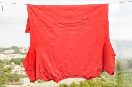 Rødt plagg mot skjærer